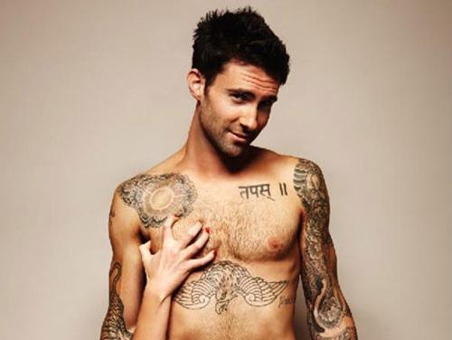 Adam-Levine-mão