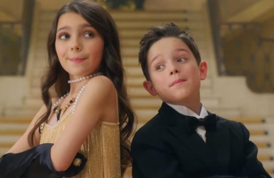 Duas-crianças-fofas-vivem-Idina-Menzel-e-Michael-Bublé-no-clipe-de-Baby-Its-Cold-Outside