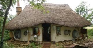 um-fazendeiro-britanico-construiu-uma-casa-em-seu-jardim-gastando-150-libras-o-equivalente-a-r-554-usando-uma-antiga-tecnica-e-materiais-encontrados-em-cacambas-michael-buck-59-levou-dois-anos-1385413520362_956x500